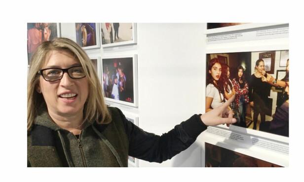 UNIKT FOTO: Fotograf Lauren Greenfield oppdaget ved en tilfeldighet at hun satt på et bilde av den nå verdensberømte reality-profilen Kim Kardashian tatt under en fest i Los Angeles i 1992. Her viser Greenfield frem fotografiet til KK under et besøk på Nobels Fredssenter i Oslo. Foto: Malini Gaare Bjørnstad