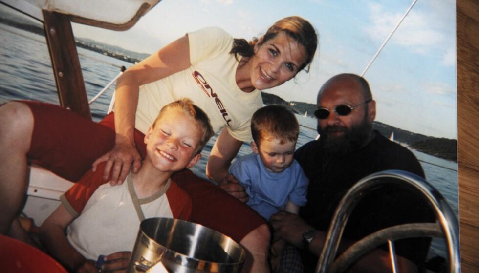 SEILTUR: – Her er vi på seiltur i Oslofjorden med Jan Otto, barnas far, i 2001. Båten tilhørte Jan Ottos familie. Tante Inger og onkel Jon stilte opp for oss på en fantastisk måte, og sto alltid parat for å hjelpe oss, sier Siri. FOTO: Privat