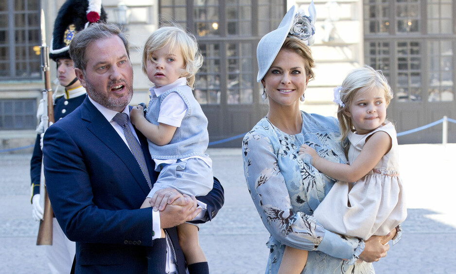 PRINSESSE MADELEINE: I anledning valentinesdagen 14. februar delte svenske prinsesse Madeleine et søtt bilde av sine to barn prinsesse Leonore og prins Nicolas - se bildet i saken! Her er familien på fire fotografert i forbindelse med kronprinsesse Victorias 40-årsfeiring i Stockholm i fjor sommer. Til venstre er ektemann Chris O'Neill. FOTO: NTB Scanpix