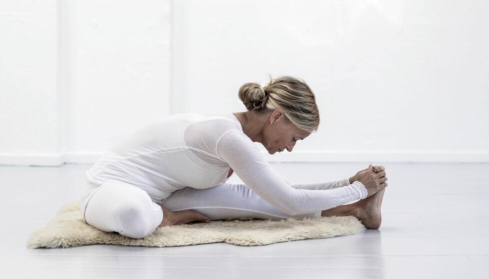 YOGA: Lone Hunæus som viser disse øvelsene underviser yoga ved Skodsborg Kurhotel og privat, i tillegg til å arrangere retreats på Mallorca. FOTO: Jacqueline Fluri
