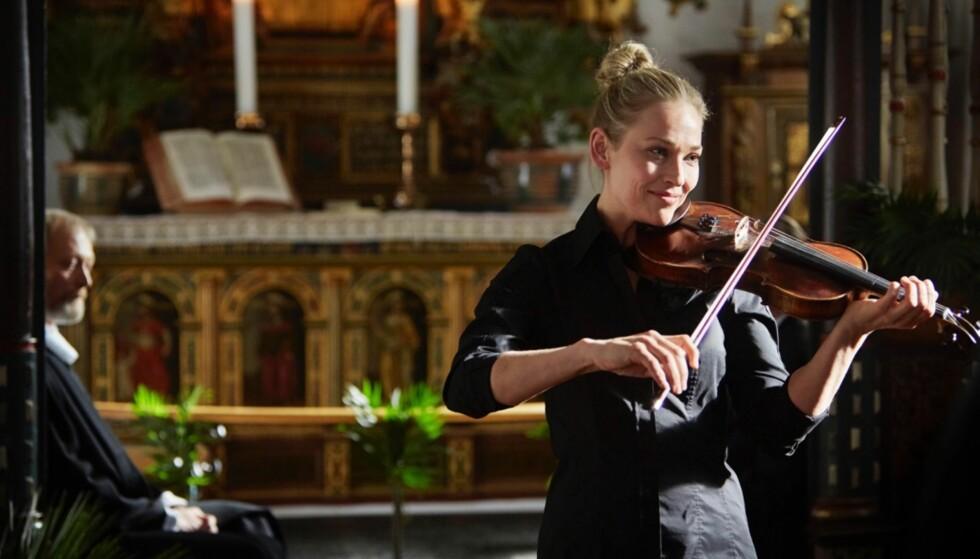 TOK FIOLINTIMER: Yngvild forteller til KK at hun på eget initiativ lærte seg å spille fiolin i forkant av innspillingen av Herrens veje. I serien spiller hun nemlig den norske fiolinisten Liv. Foto: Tine Harden // DR