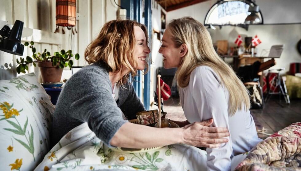 BANEBRYTENDE: Ifølge DR er det ikke tidligere blitt vist en så eksplisitt sexscene mellom to kvinner før i dansk TV-fiksjon. Dette bildet er fra en annen scene. Foto: Tine Harden // DR