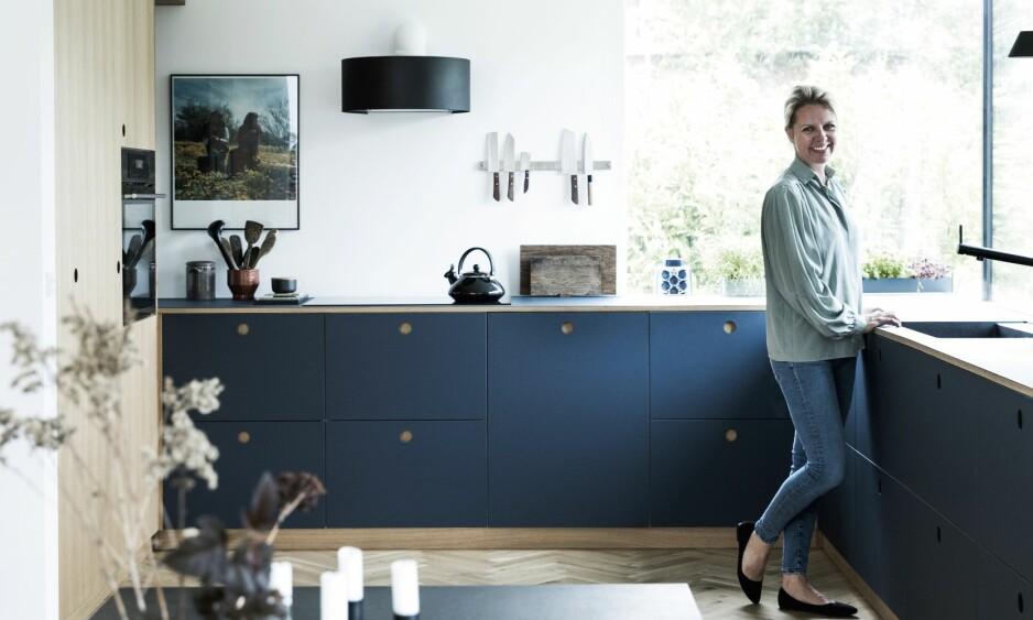 BLÅTT KJØKKEN: Skapene er fra Ikea, fronter og benkeplaten i linoleum er fra Reform og i fargen «Smokey Blue». FOTO: Tia Borgsmidt