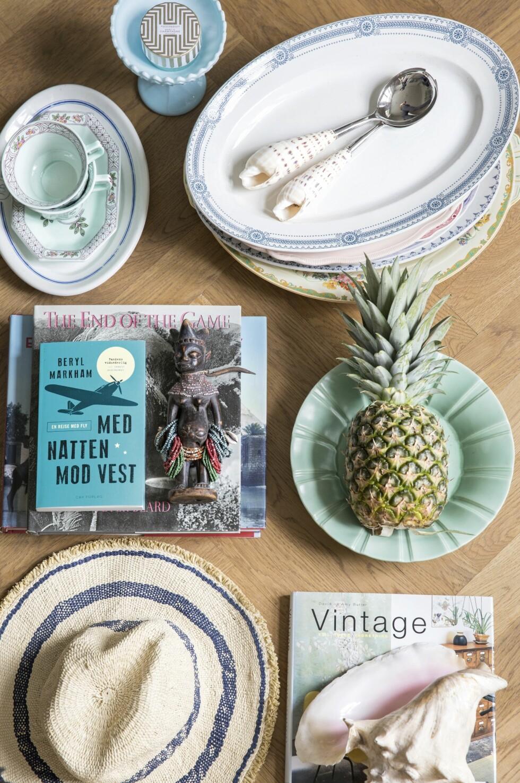 Vitrineskapet er ikke bare praktisk til Tines store samling av keramikk, men er også med på å skape den herskapelige 1900-tallsstemningen som de drømte om. Skapet er fra Living Goodies.