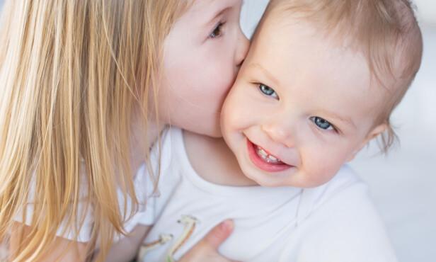 SØSKENKJÆRLIGHET: Det kan være vanskelig for eldstemann når det kommer en ny baby. Da er det viktig at foreldrene passer på å dele oppmerksomheten mellom søsknene, påpeker Meyer Lugg. FOTO: NTB Scanpix