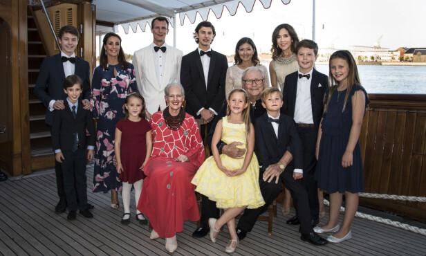 FØDSELSDAG: Dette bildet ble tatt av hele den danske dronningfamilien på kongeskipet Dannebrog i august 2017. Anledningen var prins Nikolais 18-årsdag. Foto: © Kongehuset.dk