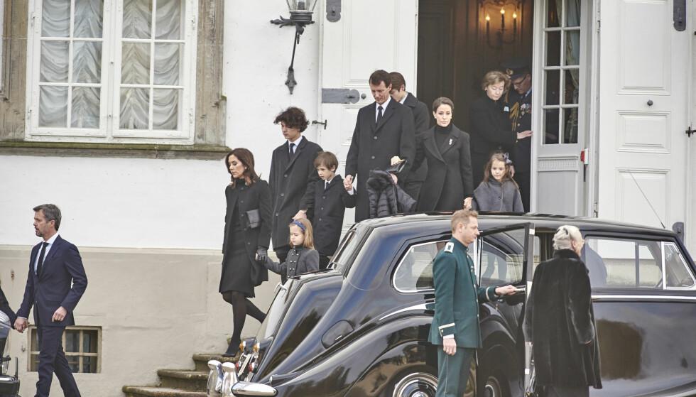 VOND TID: Den 13. februar 2018 gikk prins Henrik av Danmark bort. Han ble 83 år. Herr er familien på vei fra Fredensborg slott til Amalienborg slott med kisten av den avdøde prinsen to dager etter dødsfallet. Foto: NTB Scanpix
