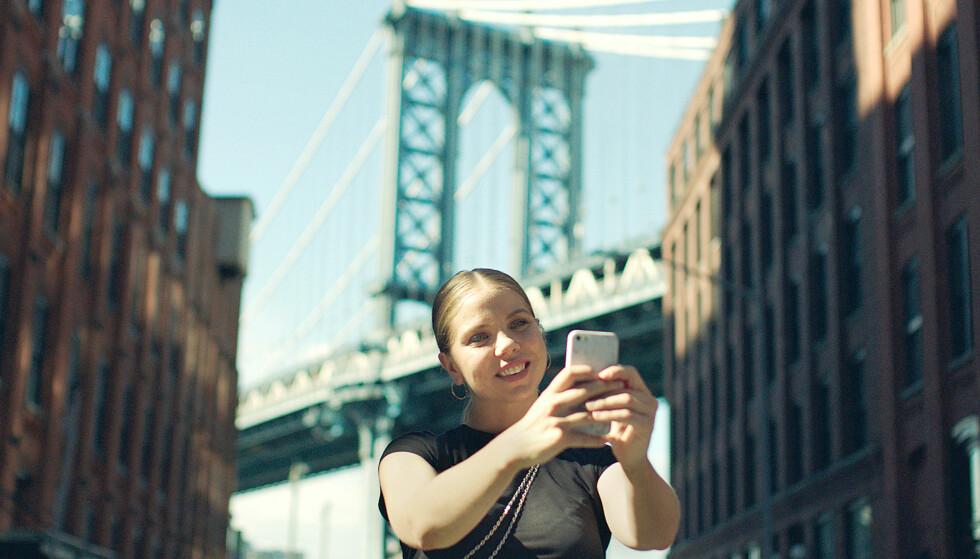 SØKER LYKKEN: I sesong 3 blir vi med Alex til New York hvor hun prøver å slå gjennom som skuespiller. Foto: NRK