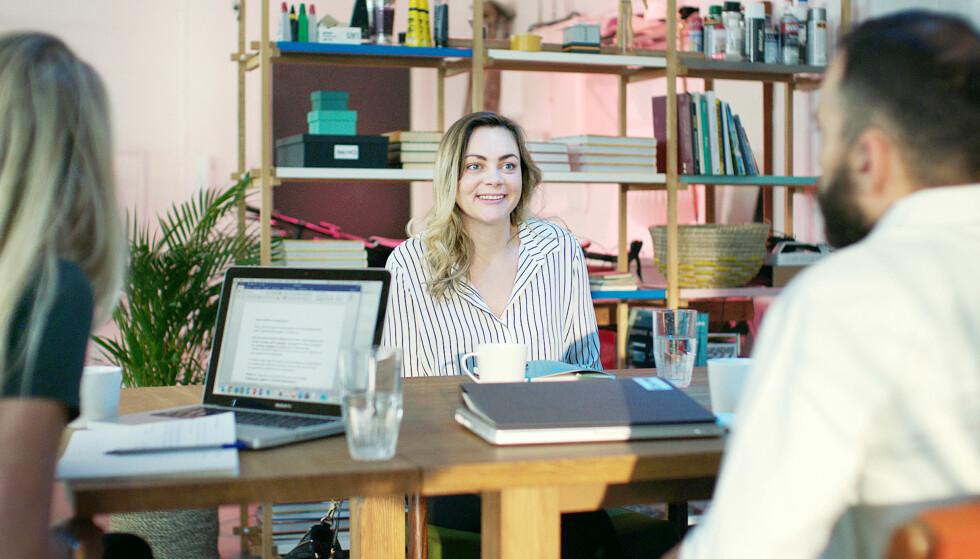 PITCH: Elise gjør alt hun kan for å overbevise bransjefolket om at ideene hennes er verdt å satse på. Foto: NRK