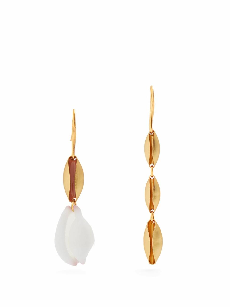 Øredobber fra Albus Lumen  1250,-  https://www.matchesfashion.com/intl/products/Albus-Lumen-X-Ryan-Storer%09shell-embellished-earrings-1193428