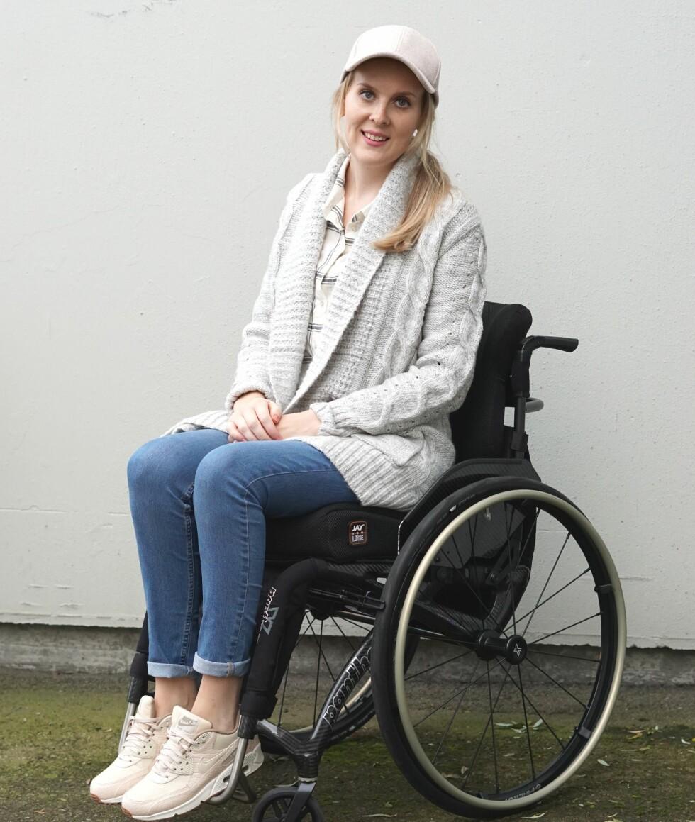<strong>MÅ SE PERSONEN BAK RULLESTOLEN:</strong> På datingprofilen uten rullestol, fikk Ine 2000 treff. På profilen med rullestolen, fikk hun kun fem. FOTO: Privat