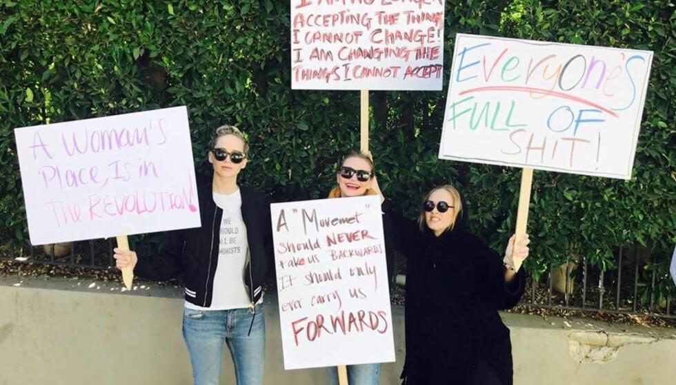 """KVINNEPARADEN: """"A Woman´s place is in the revolution"""". Her er Jennfier Lawrence på kvinneparaden sammen med Cameron Diaz og Adele. FOTO: Jennifer Lawrence offisielle Facebook-side"""