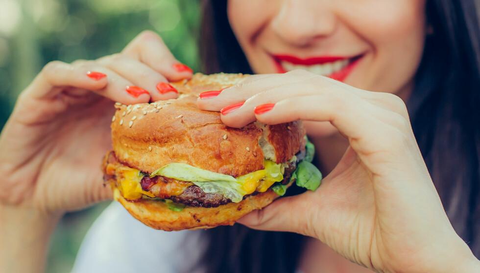 SPISER FORTERE: Det er også gjort noen undersøkelser som viser at vi bruker mindre tid på å tygge maten enn før. FOTO: NTB Scanpix