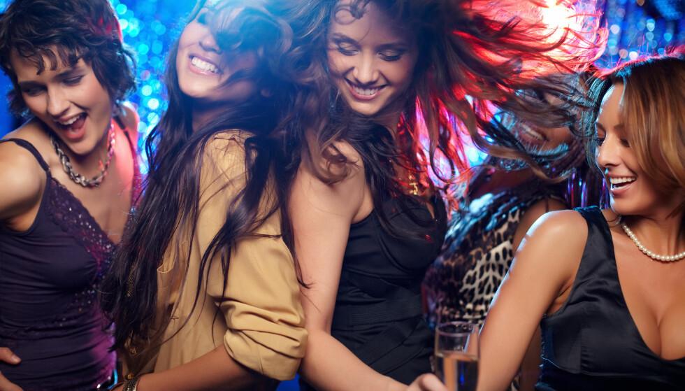 PÅ FEST: En løve stråler på fest, og nettopp derfor kan det være et fint sted for å finne kjærlighet. FOTO: NTB Scanpix