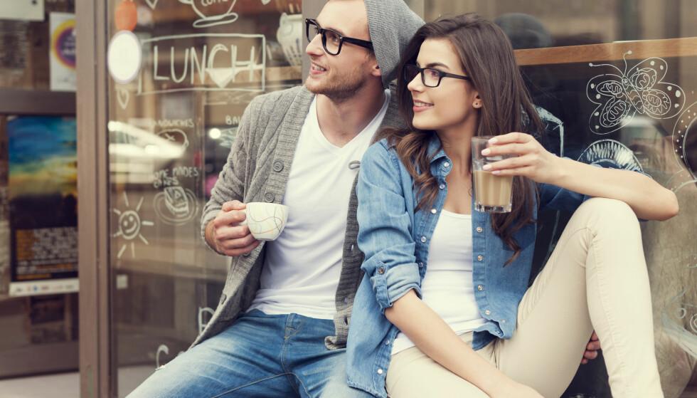 KAFÉ: Skytten er ett av de få menneskene som kan starte en samtale med en totalt fremmed ute på kafé. FOTO: NTB Scanpix