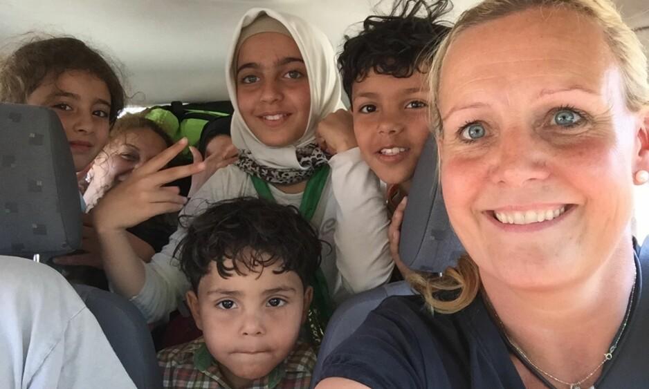 FELTARBEID: Trude Jacobsen har mistet tellingen på hvor mange ganger hun har vært på jobb i Hellas. Her er hun i Lesvos sammen med noen barn fra flyktningleiren. FOTO: Privat