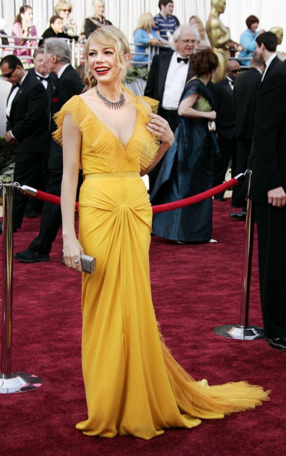 2006: Det er ikke alltid så enkelt å få gult til å funke på den røde løperen, men det klarte virkelig Michelle Williams i 2006. Foto: Scanpix
