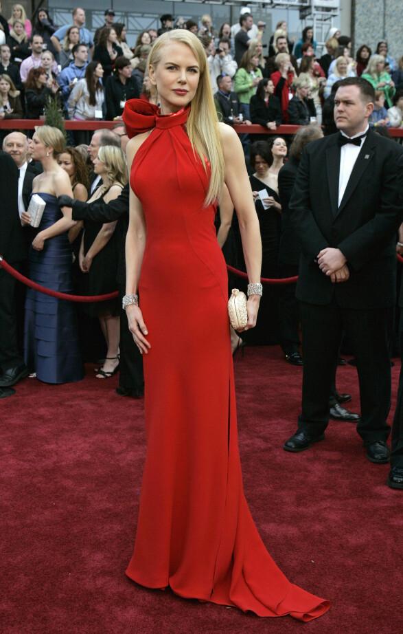 2007: Nicole Kidman skuffer sjelden på den røde løperen. Denne røde kjolen er forholdsvis enkel, men vi elsker hvordan den sitter på skuespilleren, samt den store sløyfen i halsen. Foto: Scanpix