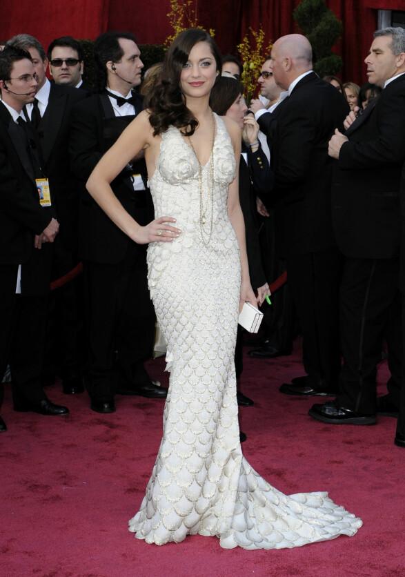 2008: Hollywood glam ala Marion Cotillard. Vi elsker hvordan hun har stylet kjolen med lange kjeder. Foto: Scanpix