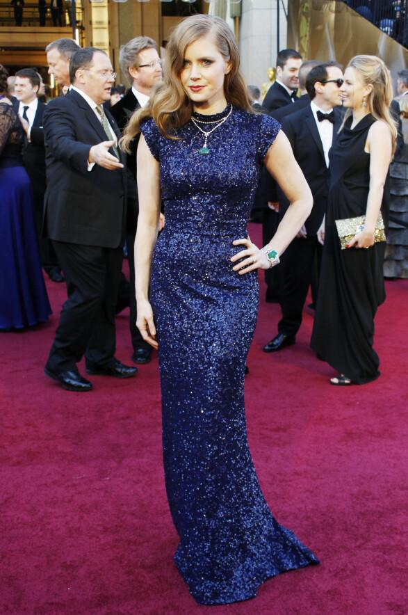 2011: En glitrende kjole er alltid en sikker vinner. Amy Adams stylet denne blå varianten sammen med smykker i grønt. Lekkert! Foto: Scanpix