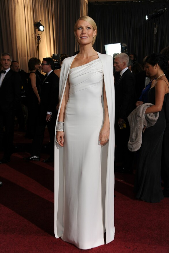 2012: Så enkelt, men samtidig så interessant fra Gwyneth Paltrow. Vi elsker denne capen hun har over kjolen. Foto: Scanpix