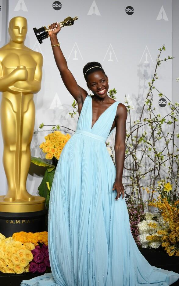 2014: Mulig Lupita Nyong'o har latt seg inspirere av Lauren Huttons kjole fra 1975? Foto: Scanpix