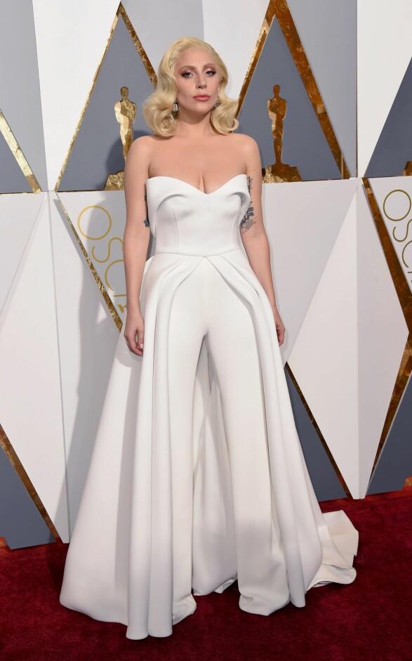 2016: Lady Gaga stjeler ofte all oppmerksomhet med de villeste antrekkene, så denne varianten var en stor, positiv overraskelse. Den skiller seg fortsatt ut fra de andre, men er så kul og pen på en og samme tid. Foto: Scanpix