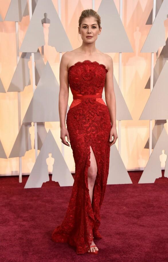 2015: Denne kjolen sitter som støpt på Rosamund Pike. Foto: Scanpix