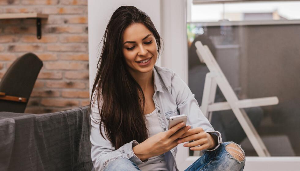 MOBILBRUK: At noen trekker seg unna samtalen og heller vier oppmerksomheten til mobilen, er blitt så vanlig at vi nesten ikke reflekterer over det. Men det finnes all grunn til å gjøre det, mener ekspert på kommunikasjon og forfatter, Henrik Fexeus. FOTO: NTB scanpix
