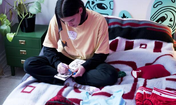 JOBBER: Julie Aida elsker sterke farger, noe som også er godt synlig i kunsten hennes. Dette bildet er tatt i forbindelse med «Unfasten Yourself»-prosjektet hun gjør med Sloggi. Foto: Nathalie Hermier