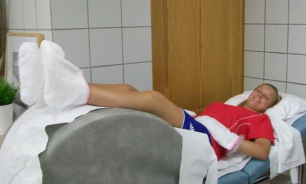 VARMEBEHANDLING: Marie ved godt mot under varmebehandling på behandlingsreise til varmere strøk. FOTO: Privat
