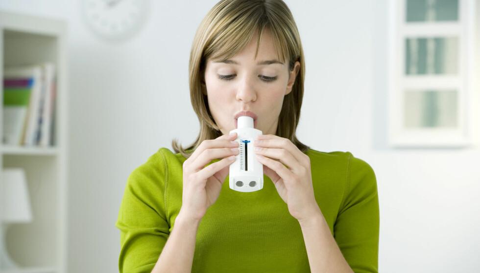 TUNG PUST: Rengjøringsmidlene kan redusere lungekapasiteten din. FOTO: NTB Scanpix