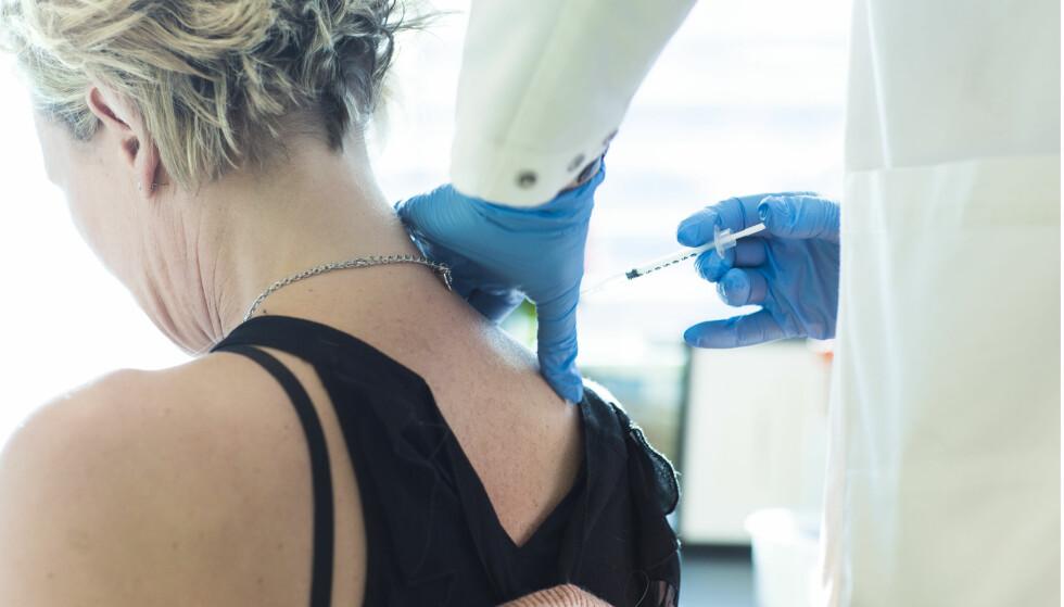 HOLDER KURS: Hodepinespesialist Tine Poole reiser landet rundt for å holde kurs for landets leger i hvordan man setter botoxsprøyter etter PREEMPT-mønsteret - som er den metoden som skal benyttes mot migreneplager. Foto: Astrid Waller
