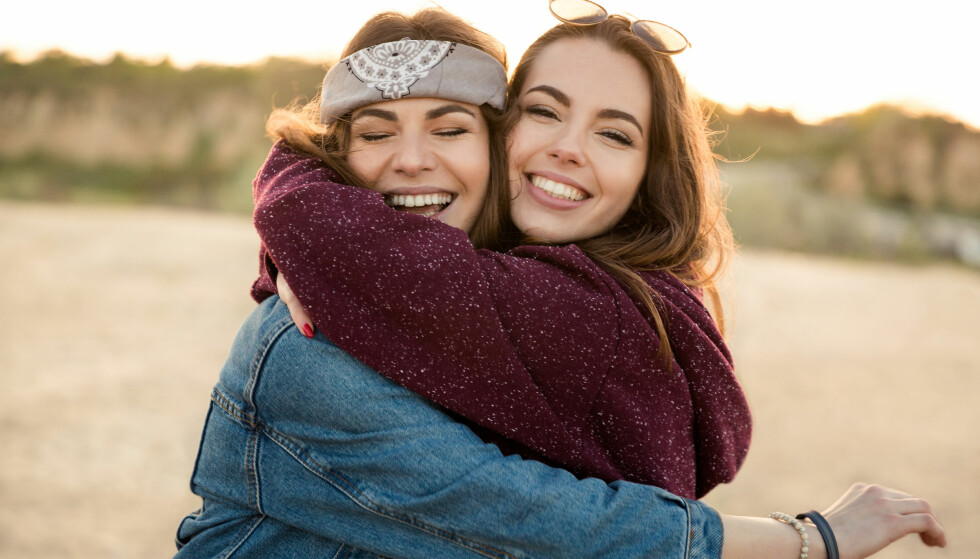 IKKE GLEM VENNENE: Selv om det er en fantastisk følelse å være forelsket, er det viktig å ikke glemme dine nære venner som alltid har vært der for deg. FOTO: NTB Scanpix