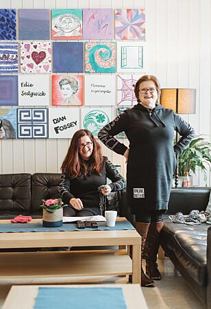 SENIØRHJØRNET: Etter at arbeidsdagen er over, beveger Heidi (t.v.) og Rita (t.h.) seg bort til sofakroken de kaller «seniorhjørnet» for å strikke videre. Foto: Håkon Jørgensen