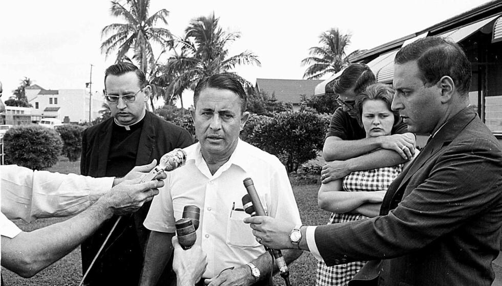 WHITMANS FAR: Skarpskytterens far Charles Adolphus Whitman Jr. ble kort tid etter massakren intervjuet av pressen. Han fortalte at sønnen hadde tatt separasjonen mellom han og kona tungt. Han sa ingenting om den voldelige oppveksten Whitman hadde gitt uttrykk for at han opplevde. I bakgrunnen er snikskytterens bror Patrick og han forlovede Patricia. Foto: NTB Scanpix