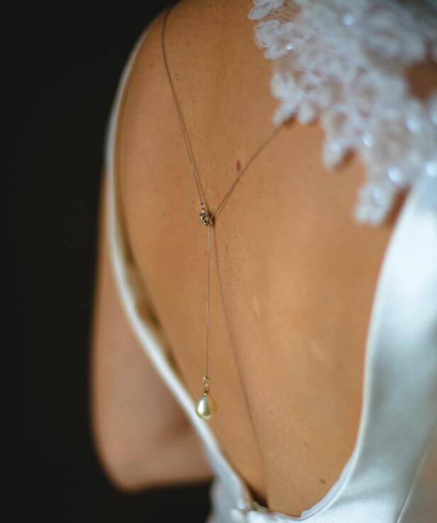 Enkle rygg smykker i kombinasjon med en kjole med åpen rygg er så elegant! Foto: NTB Scanpix