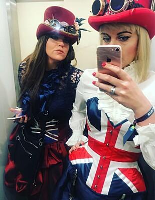 KOSTYME: Inger Louise Molvær og søsteren bruker omtrent et halvt år før hver Eurovision-finale på å lage sitt helt egne og originale antrekk til den store festen. Her var de i Kiev i fjor. Foto: Privat