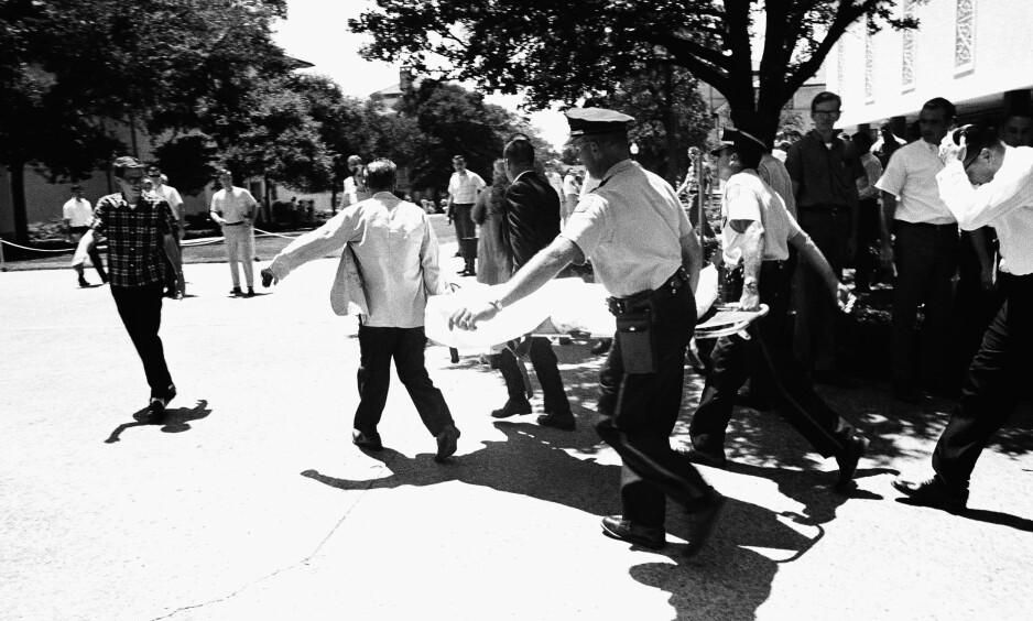 TRUE CRIME: Skuddene på Universitetet i Austin, Texas, 1. august 1966 skulle til sammen koste hele 17 menneskeliv. Dette bildet ble tatt kort tid etter at skytingen opphørte. Foto: NTB Scanpix