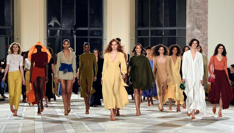 <strong>MOTEUKEN I PARIS:</strong> Den fantastiske kolleksjonen til Jacquemus er blant høyepunktene fra Paris Fashion Week. Foto: Scanpix