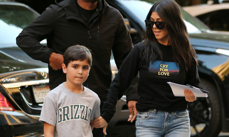 MOR OG SØNN: Kourtney Kardashian og sønnen Mason er ikke ukjent for fotografene. Foto: NTB Scanpix
