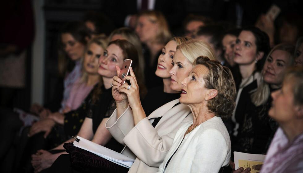 <strong>TEKNOLOGIOPTIMIST:</strong> - Jeg er absolutt en teknologioptimist, sa kronprinsesse Mette-Marit til KK i New York. Og det fikk publikum se ved flere anledninger under prisutdelingen, da kronprinsessen foreviget tilstelningen ved hjelp av smarttelefonen sin. Foto: Pontus Höök / NTB scanpix