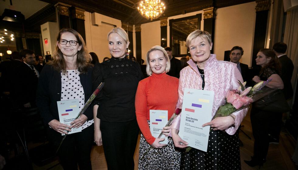 <strong>DELTE UT PRIS:</strong> Kronprinsessen side om side med de nominerte til Female Entrepreneur-prisen. Fra venstre: Marit Linnebo Olderheim (46), Karoline Sjødal Olsen (25) og Grete Sønsteby (57). Foto: Pontus Höök / NTB scanpix