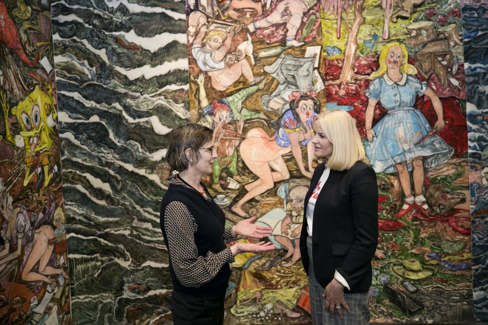 ENGASJERT: Kronprinsessen tok seg tid til å snakke med den norske kunstneren Vanessa Baird på The Armory i New York på kvinnedagen. Foto: Pontus Höök / NTB scanpix