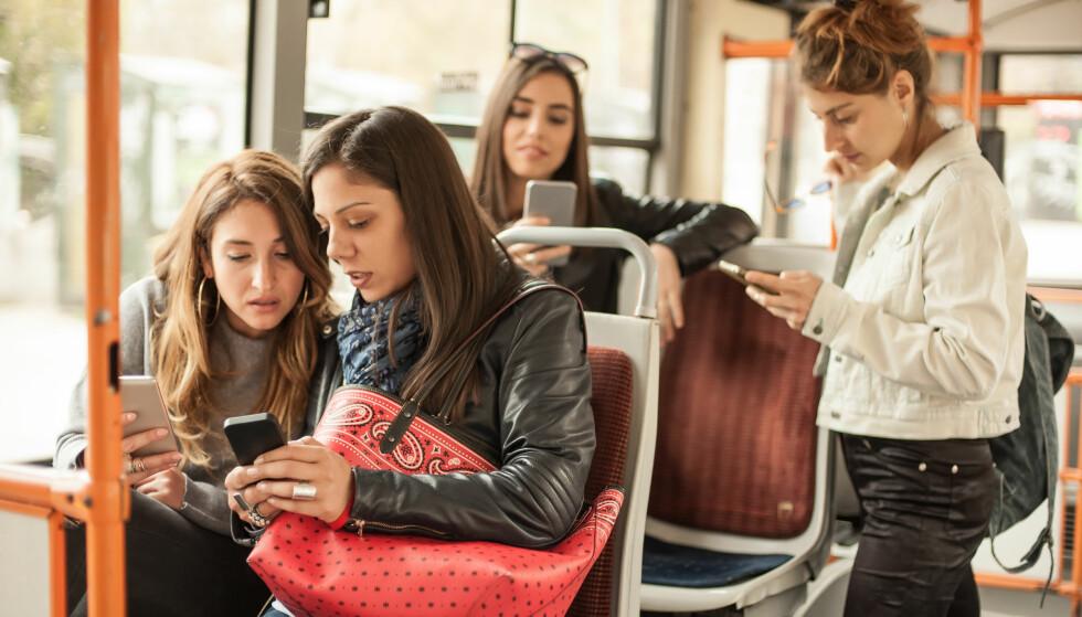<strong>SVEKKER RELASJONER:</strong> Når mobilen blir en avhengighet, kan det gå utover kvaliteten på kontakten med folk i det virkelige liv. FOTO: NTB Scanpix