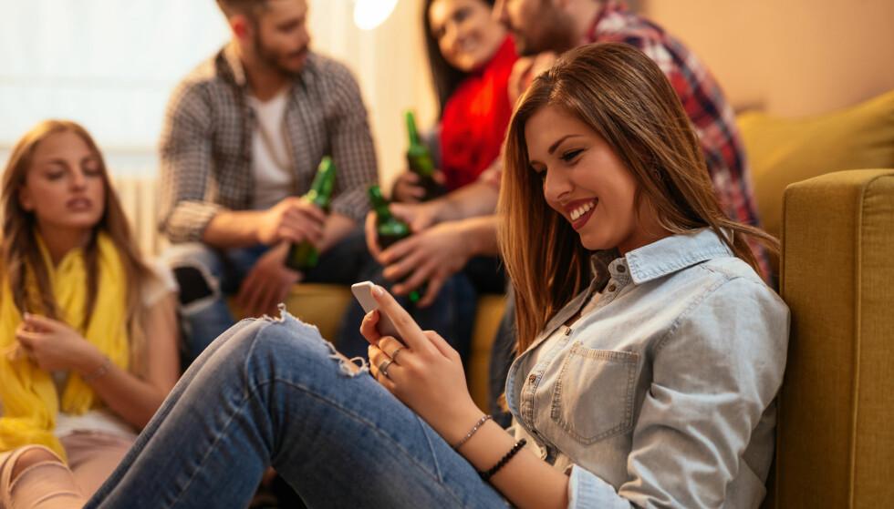 FOMO: Visste du at kvinner under 50 år er innom Facebook cirka 18 ganger daglig, og sjekker mobilen i snitt 263 ganger - hver dag? FOTO: NTB Scanpix