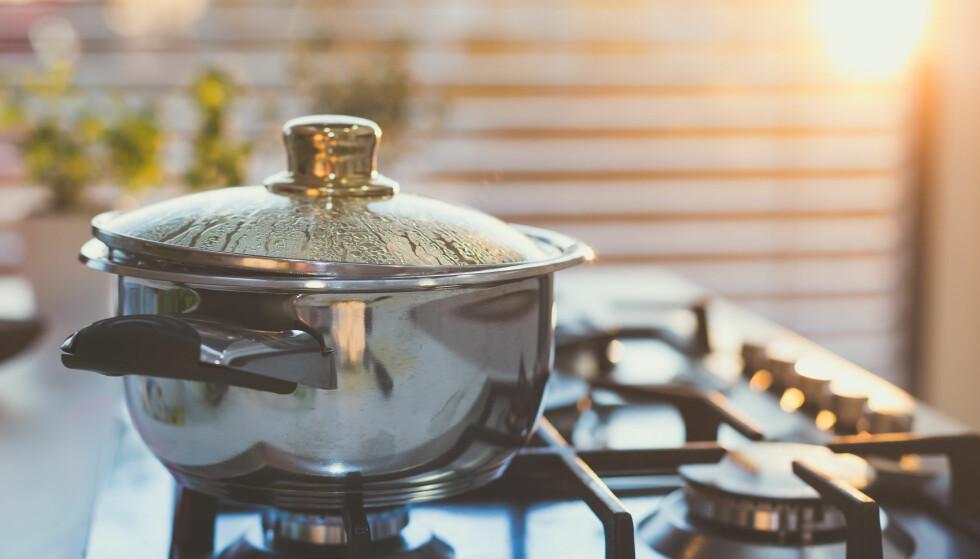 VARMTVANN I MATLAGING: Bruker du varmtvann i matlagingen? Det bør du kanskje slutte med. FOTO: NTB Scanpix