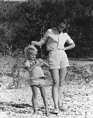 SØNNEN: I 1967 ble Jane Goodall mor til sønnen Hugo. De første årene av livet sitt bodde han sammen med moren, faren og dyrene i jungelen. Foto: NTB Scanpix