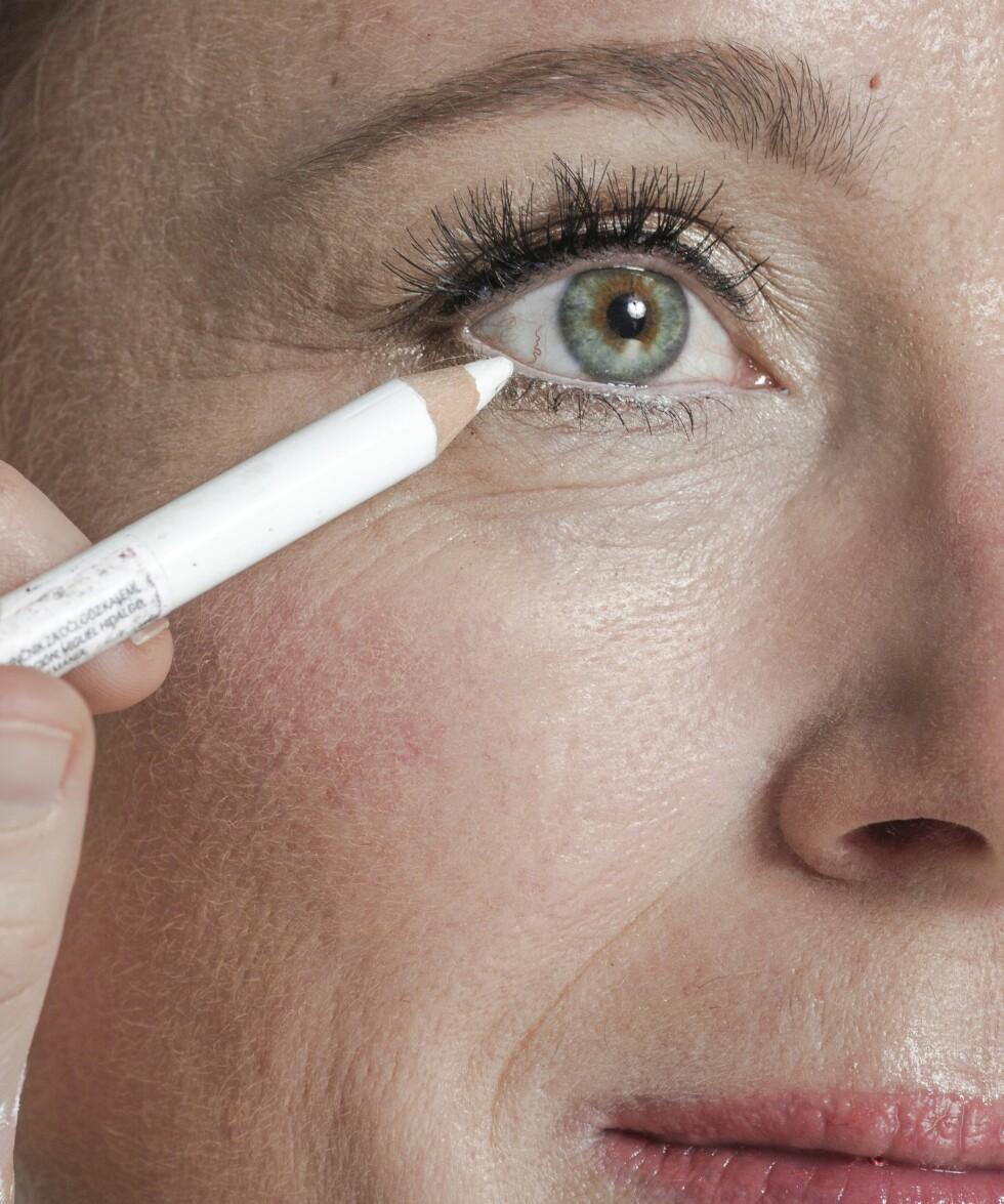 2. Fyll deretter inn med den samme brynsskyggen så hele brynet får en jevn og naturlig farge som duses ut inn mot nesen.