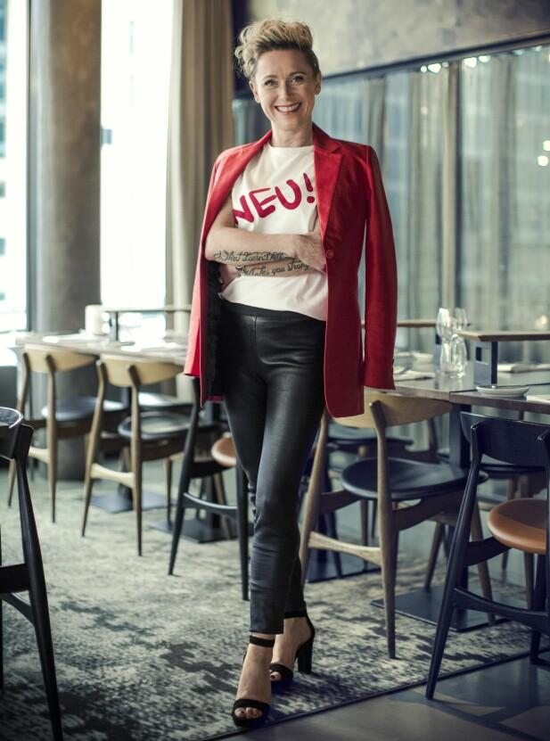 KARIN HAR PÅ SEG: Blazer (kr 3200) og T-skjorte ( kr 500, begge fra Whyred), skinnbukse (kr 5199, Designers Remix) og sandaler (kr 1300, Unisa). FOTO: Astrid Waller